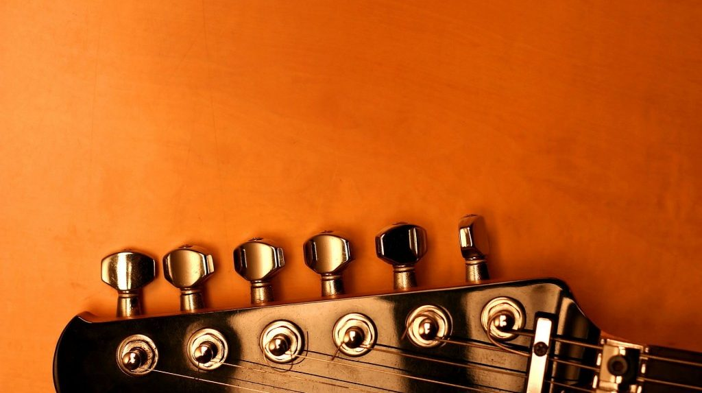 how to know when to change guitar strings